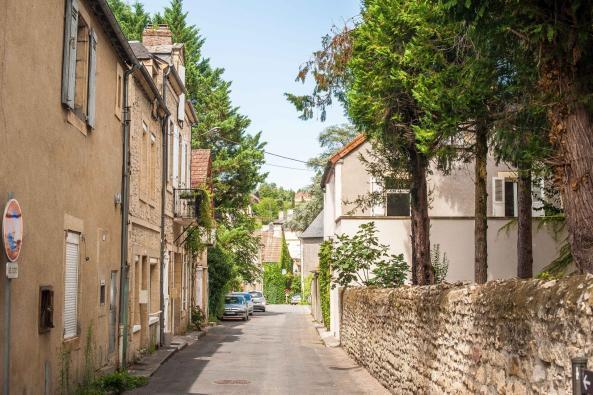 Städtetour Montignac - Gasse im Ort mit Backsteingebäuden