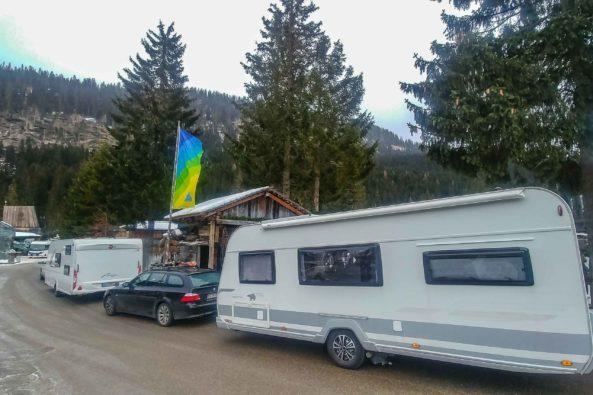 Seiteansicht vom Wohnwagen Ankunft Wintercamping mit Sackmarkise auf der anderen Seite