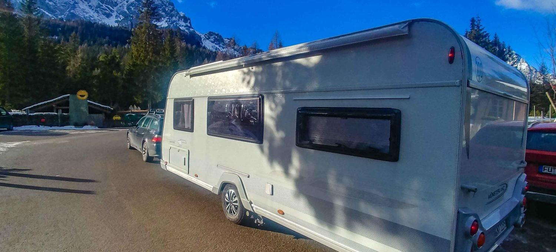 Seiteansicht vom Wohnwagen Abfahr Wintercamping mit Sackmarkise auf der anderen Seite