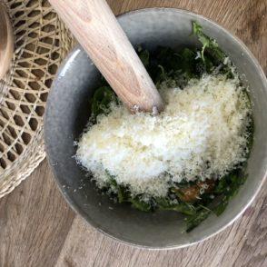 5 Zutaten Basilikum Pesto Rezept Parmesan dazu und weiter umrühren