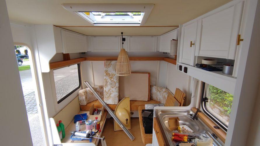Renovierung des Fendt Wohnwagens im Sitzbereich - weiss streichen und umbauen