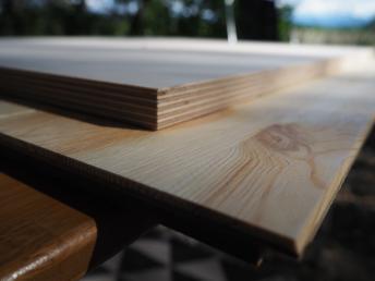 Geklebtes Parkett trocknet auf der alten Tischplatte - Eichenparkett Platte als neuer Tisch im Wohnwagen