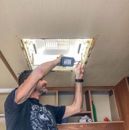 Wohnwagen Fenster tauschen - demontieren der alten Wohnwagen Dachhaube mit einem Akkuschrauber