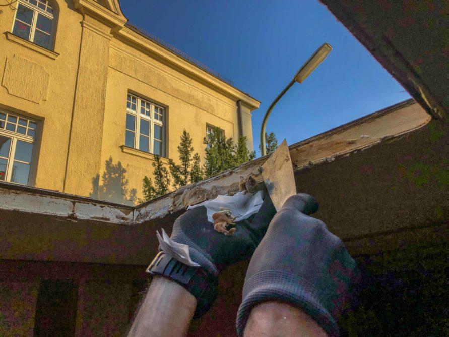 Wohnwagen Fenster tauschen - reinigen des Holz Rahmens der ausgebauten Wohnwagen Dachhaube - Wasserschaden