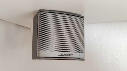 Bose Companion 3 Multimedia Lautsprecher System Satelliten Lautsprecher in Regalecke eingebaut