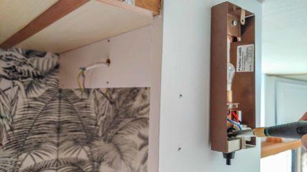 Fendt Wohnwagen Badezimmer mit 12 V Innenleuchte beim wieder anschrauben