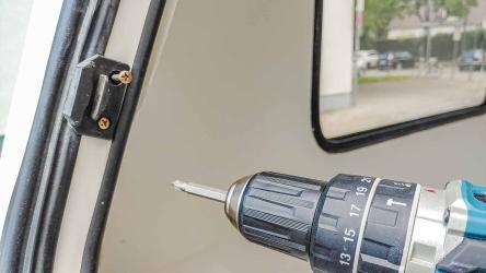 ausbauen des Planet Wohnwagen Panoramafensters - abschrauben der Fenster Verriegelung