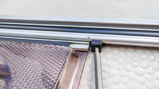 ausbauen des Planet Wohnwagen Panoramafensters - abmontieren der Kederschiene