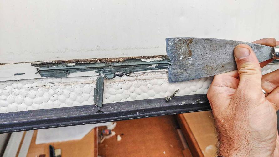 reparieren des Planet Wohnwagen Panoramafensters - säubern der Kederschiene mit Spachtel