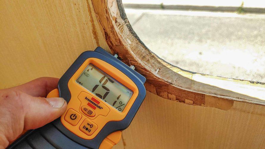 Wasserschaden am Holzrahemn des Wohnwagen Fensters - sichtbar durch Feuchtigkeits Meßgerät