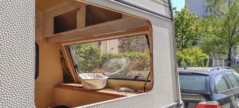 Wohnwagen Fenster tauschen - vorderes Seitenfenster am Wohnwagen ausgebaut - Seitenwand ohne Fenster