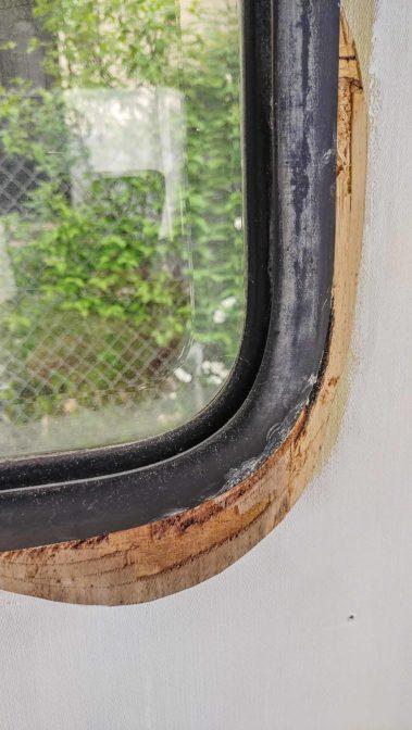 Wohnwagen Fenster tauschen - ausbauen des Planet Wohnwagen Seitenfensters - Wasserschaden im Holzrahmen des Fensters innen