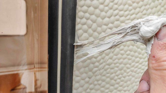 Wohnwagen Fenster tauschen - einbauen des Planet Wohnwagen Seitenfensters - dauerelastische Dichtmasse abtupfen