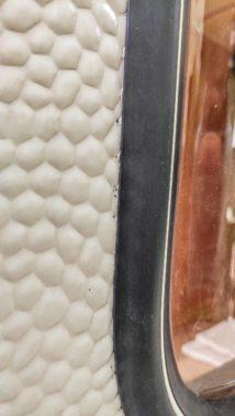 Wohnwagen Fenster tauschen - einbauen des Planet Wohnwagen Seitenfensters - dauerelastische Dichtmasse quillt unter der Gummidichtung hervor