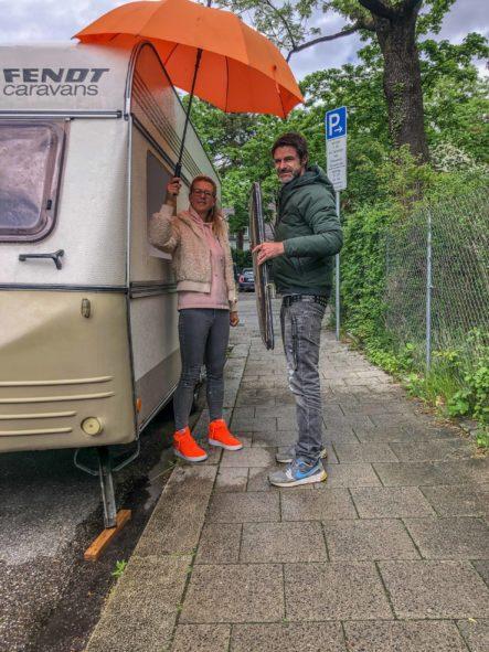 Weinbauen des Planet Wohnwagen Seitenfensters - im Regen mit Schirm
