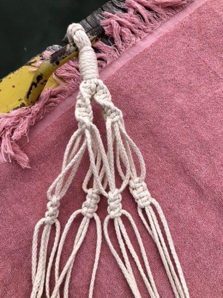 Jeweils 3 geknüpfte Schlingknoten im Makramee Garn