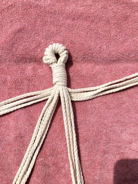 Sechzehn Seile in vier Päckchen legen