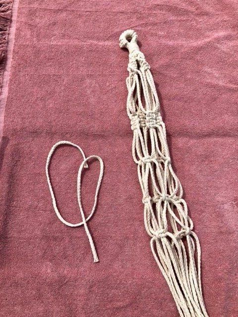 Vier Knüpfknotenreihen an der Makramee Blumenampel ein weiteres Seil liegt daneben