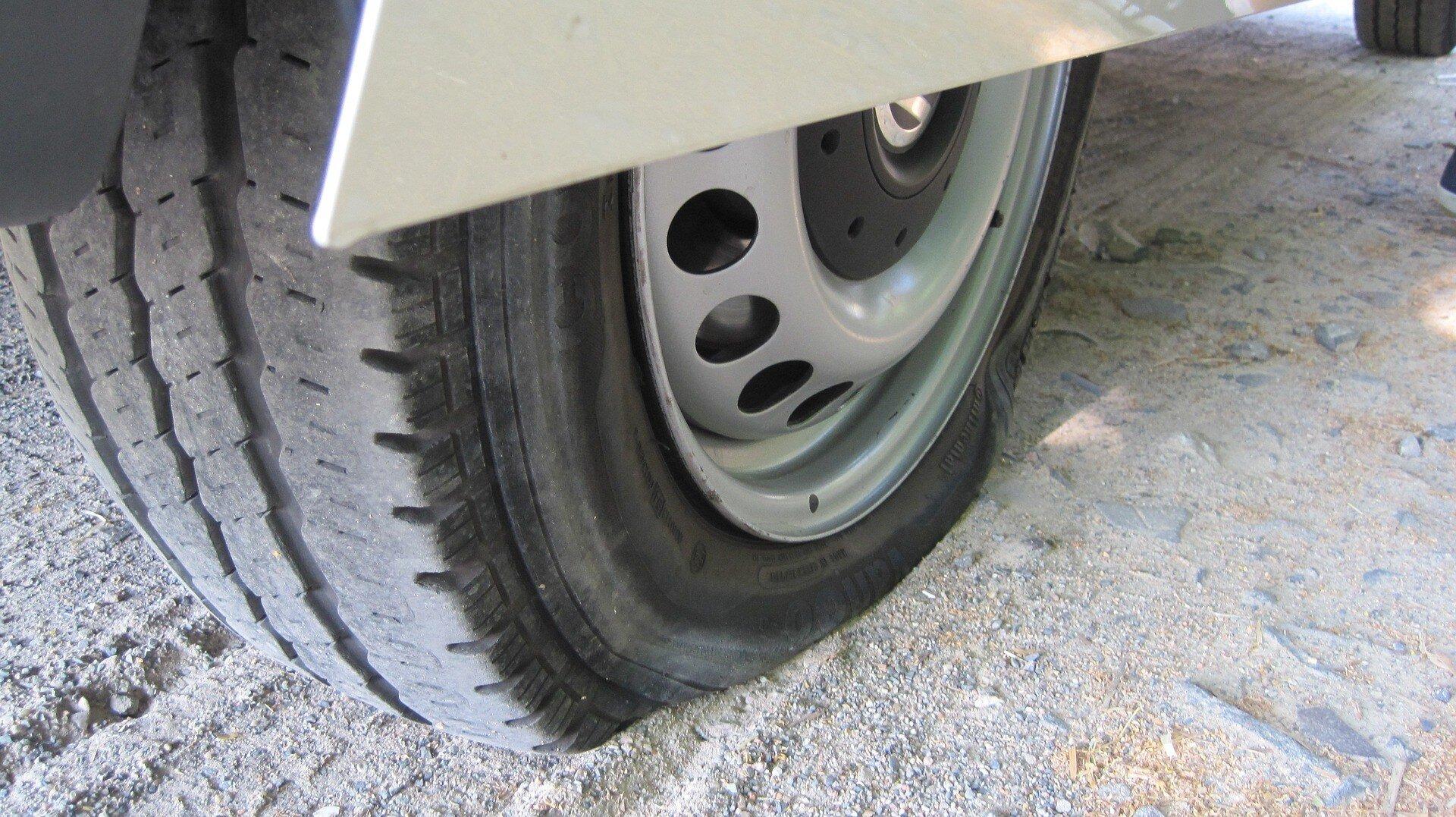 Wohnwagen Reifen im Staub mit Reifenpanne