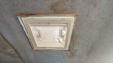 Achluke und Dachhimmel mit Feuchtigkeitsschaden - Dichtigkeitsprüfung am Wohnwagen