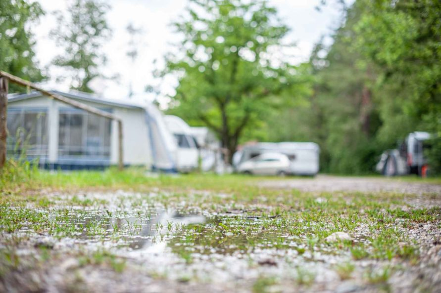 Regen Pfütze auf dem Campingplatz - Dichtigkeitsprüfung am Wohnwagen