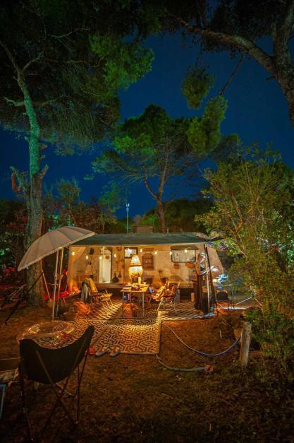 Wohnwagen mit Nacht Beleuchtung und Kerzen - Camping in Apulien