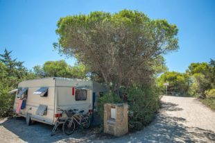 Wohnwagen auf einem Stellplatz auf der Düne am Strand - Camping in Apulien