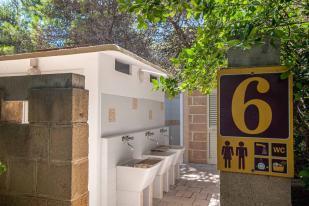 Waschhaus Riva di Ugento mit Waschbecken und Duschen unter freiem Himmel - Camping in Apulien