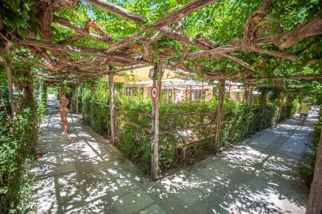 Restaurant Bereich Riva di Ugento mit Wegen und Sitzecke - Camping in Apulien