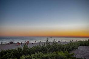 Sonnenutnergang am Meer mit Düne im Vordergrund - Camping in Apulien