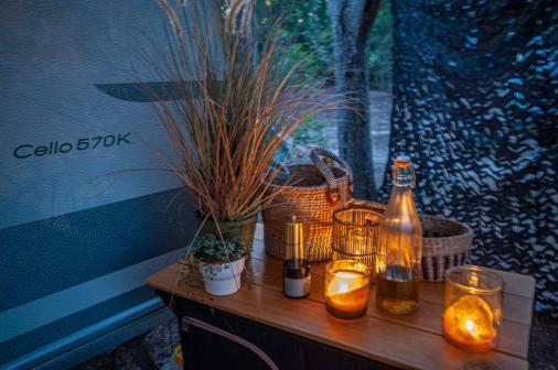 Camper Deko mit Kerzen Bastkörben und Pflazen auf einem Beistelltisch aus Holz - Camping in Apulien