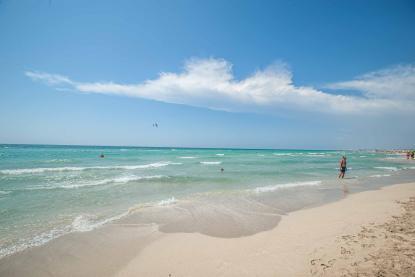 türkises Meer und weißer Strand mit kleinen Wellen und weißem Strand Riva di Ugento - Camping in Apulien