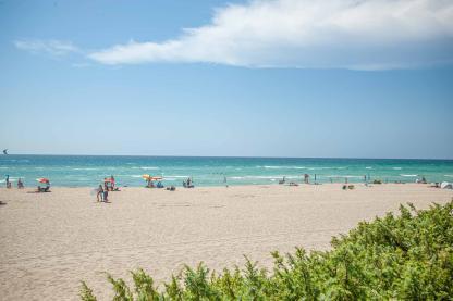 Strandblick über die Düne mit türkisem Meer Riva di Ugento - Camping in Apulien