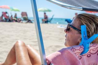 Frau relaxt im Liegestuhl am Strand - Camping in Apulien