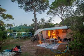 Camping Stellplatz bei Abenddämmerung mit Kerzen - Camping in Apulien