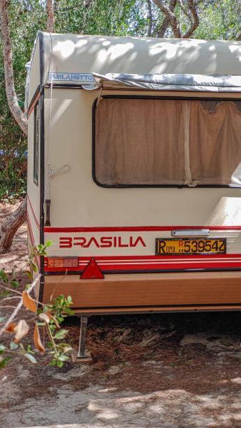 alter Brasila Wohnwagen mit italenischem Kennzeichen - Camping in Apulien