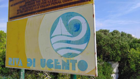 Schild am Strand vom Campingplatz Riva di Ugento - Camping in Apulien