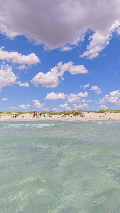 Strandblick aus türkisem Wasser - Camping in Apulien