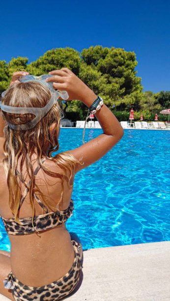 Kind mit Taucherbrille am Poolrand Riva di Ugento - Camping in Apulien