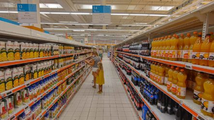 Familie beim Einkaufen im Supermarkt in italien - Camping in Apulien