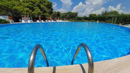 Poolleiter mit Poolblick und Liegestühlen - Camping in Apulien