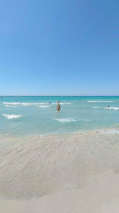 Türkises Wasser mit weißem Strand - Camping in Apulien