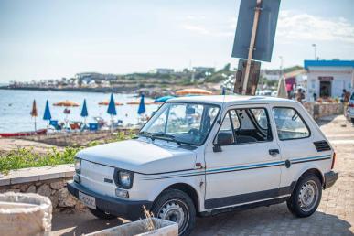 alter Fiat 500 auf einem Parkplatz am Meer - Hinterland von Salento
