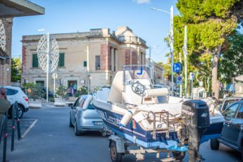 Boot auf Hänger in der Ortsmitte von Santa Maria di Leuca - Hinterland von Salento
