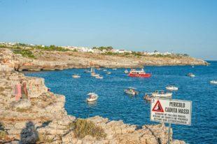 Küstenstreifen mit Grotten und Ausflugsbooten - Hinterland von Salento