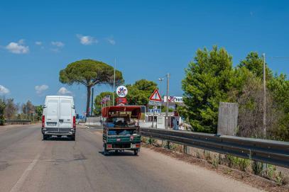 Piaggio Dreirad Roller ird von Kastenwagen überholt - Hinterland von Salento