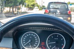 Cockpit Anzeige mit 36 Grad Aussentemperatur vom BMW - Hinterland von Salento