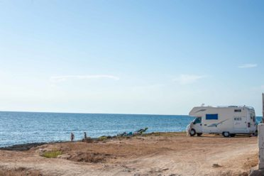 Wohnmobil an der Felsenküste am Meer - Hinterland von Salento