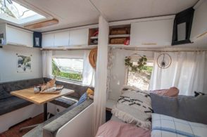 renovieter Wohnwagen Innenraum in weiß Boho Style