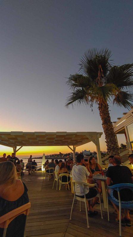 Terasse einer Bar am Meer beim Sonnenutergang - Hinterland von Salento